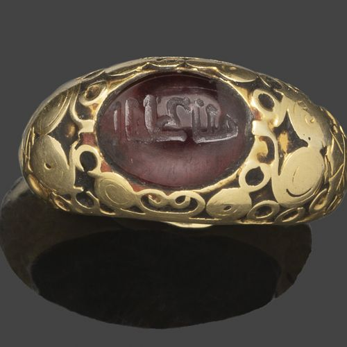 Bague jonc en or jaune sertie d'un cabochon de grenat gravé d'une inscription ko…