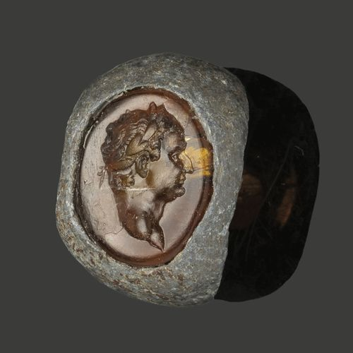 Bague en argent sertie d'une intaille en cornaline, gravée d'un buste masculin l…