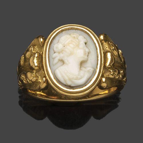 Bague en or jaune à motifs feuillagés sertie d'un camée ovale à profil féminin. …