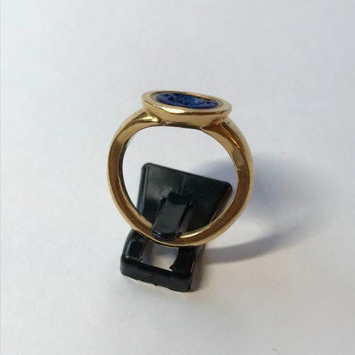 Bague en or jaune sertie d'une intaille ronde en lapis lazuli gravée d'une tête …