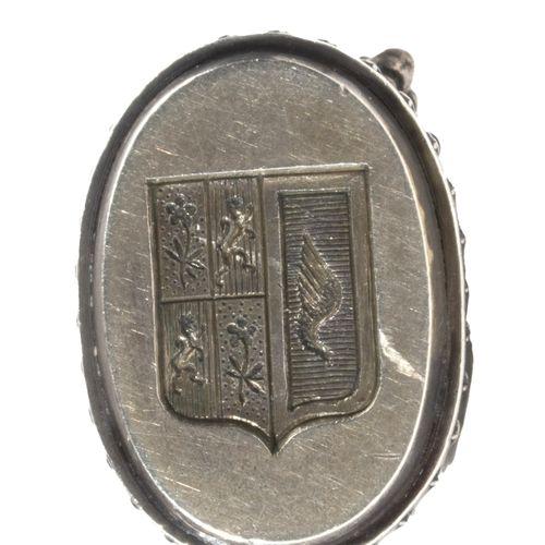 Cachet en argent, la prise en ronde bosse en forme de chien. Le plat ovale gravé…
