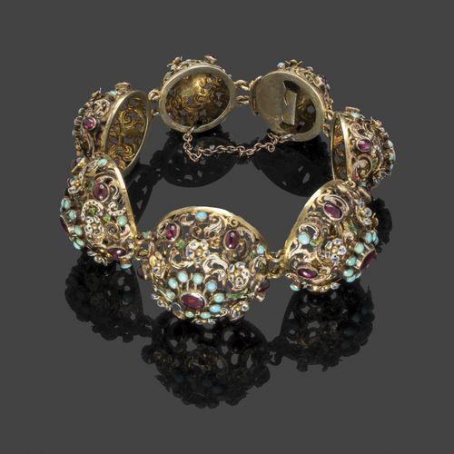 Bracelet en argent formé de sept demi sphères ornées de feuillages découpés et d…