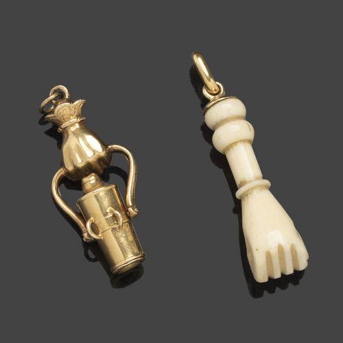Elément de breloque en or jaune représentant une main tenant une lorgnette. Long…