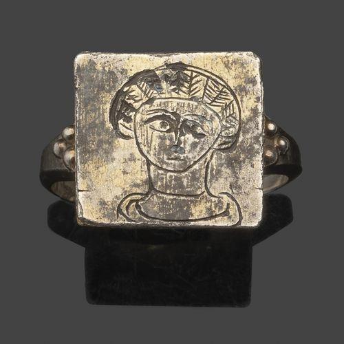 Bague en argent, le chaton carré gravé d'un buste féminin stylisé.  Dans le styl…