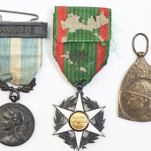 Lot de trois décorations.  Médaille commémorative de la Grande Guerre 1914 1918.…