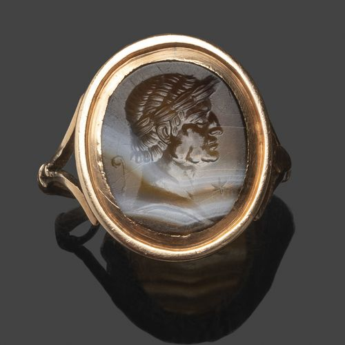 Bague en or rose sertie d'une intaille ovale en agate rubanée, gravée d'un buste…