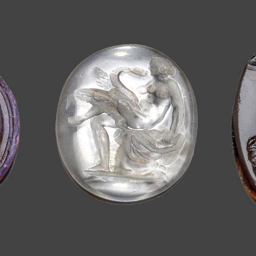 Lot comprenant:  une intaille en cristal de roche représentant Léda et le Cygne…