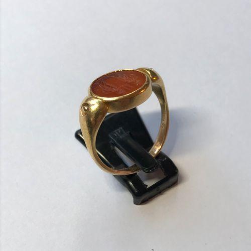 Bague en or jaune à chaton pivotant sertie d'une intaille en cornaline gravée de…