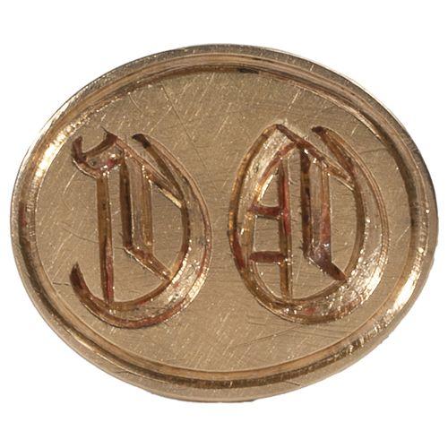 Cachet à cire ou sceau à cacheter en or jaune, le plat ovale chiffré «D O».  T…