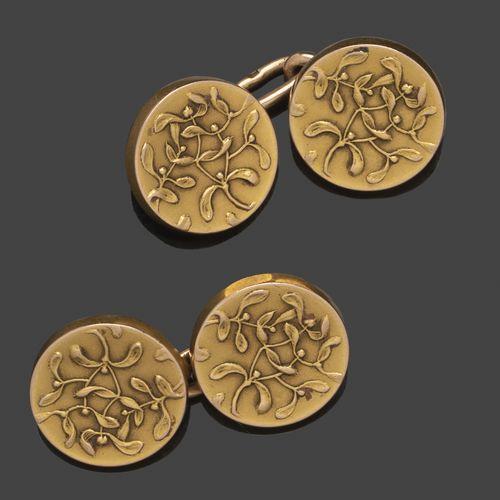 Paire de boutons de manchettes en or jaune, ornés de fleurs et feuillages. Trava…
