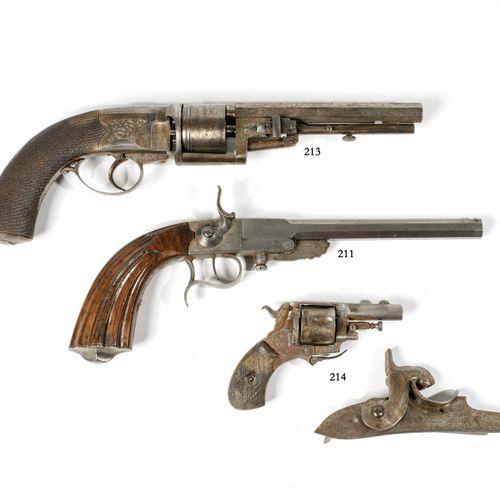 """Deux pièces. Un petit revolver """"Bull Dog"""" et une platine militaire à percussion …"""