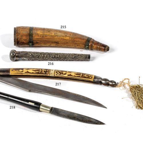 Grand couteau type Navaja. Garnitures en corne décorées d'un personnage non iden…