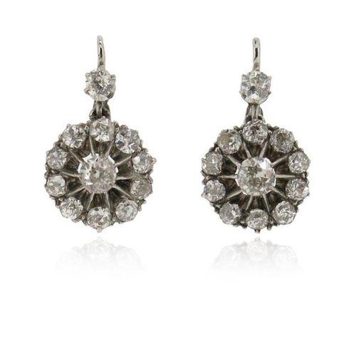 Une paire de boucles d'oreilles en diamant, les anciens diamants de taille circu…