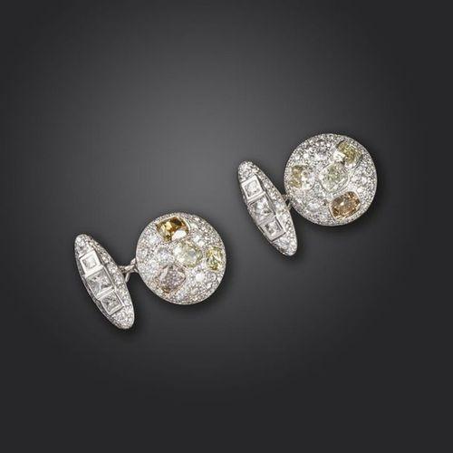 Une paire de boutons de manchette en or sertis de diamants, chaque lien circulai…