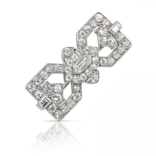 Broche Art Déco sertie de diamants par Cartier, centrée avec un diamant en forme…