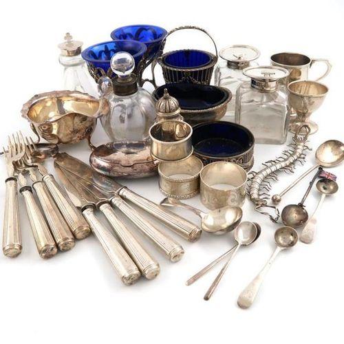 Un mélange d'objets en argent, de dates et de fabricants divers, comprenant : un…