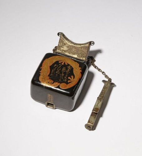 A JAPANESE LACQUER PEPPER SPRAY, METSUBUSHI MEIJI PERIOD, 19TH CENTURY Of typica…