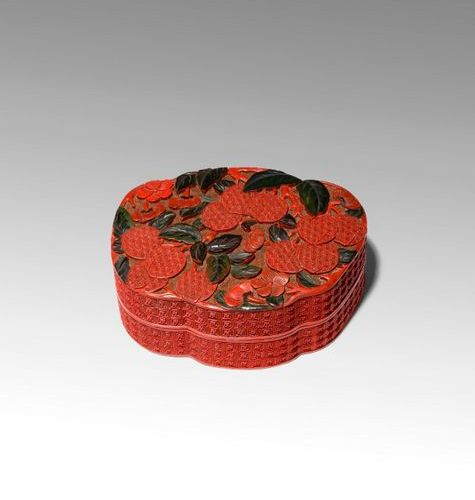 A CHINESE THREE COLOUR CINNABAR LACQUER 'PEACHES' BOX AND COVER 18TH/EARLY 19TH …