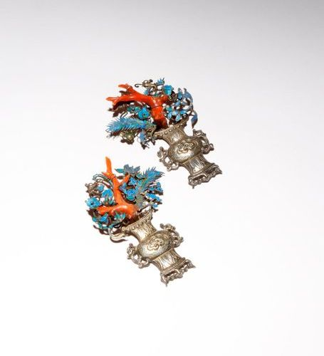 A PAIR OF CHINESE SILVER AND KINGFISHER FEATHER APPLIQUES QING DYNASTY Each form…