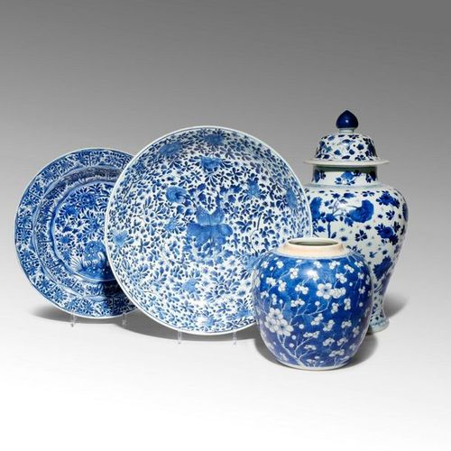 FOUR CHINESE BLUE AND WHITE ITEMS KANGXI 1662 1722 Comprising: an ovoid jar deco…