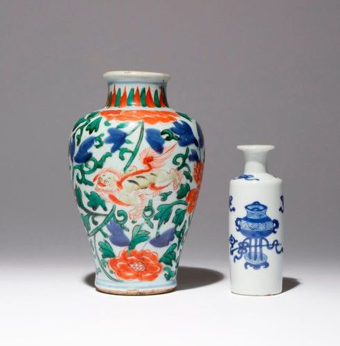 A SMALL CHINESE WUCAI VASE AND A SMALL BLUE AND WHITE VASE 17TH AND EARLY 18TH C…