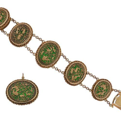 Un bracelet et une broche en or indien de Pertabghar, les maillons ovales avec u…