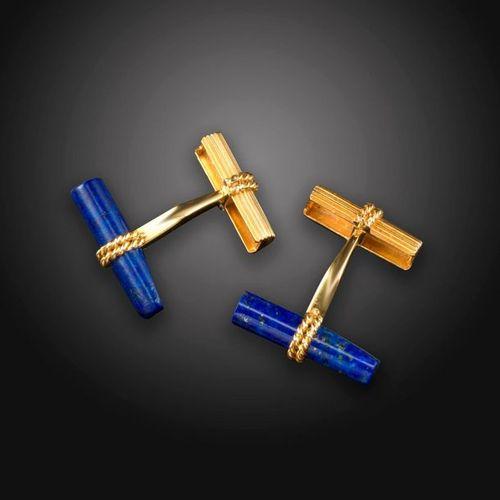 Une paire de boutons de manchette français en or, à décor cannelés et torsadés e…
