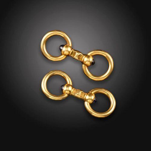 Une paire de boutons de manchette en or sertis de saphirs français, chacun serti…