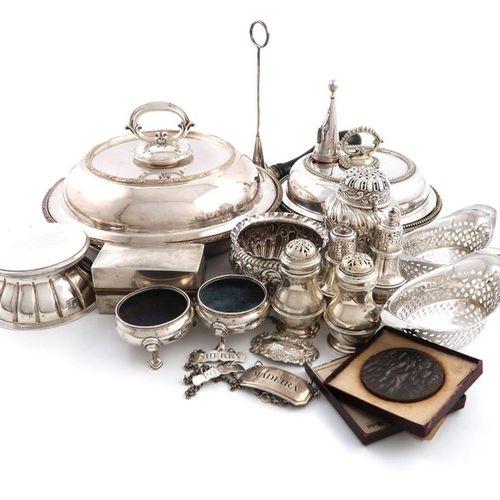 Un lot mixte, comprenant des objets en argent : un encrier édouardien, Londres 1…
