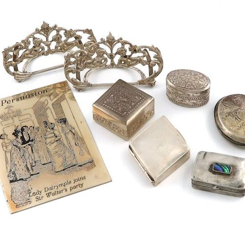 A mixed lot of silver items, comprising: a pair of Victorian menu card holders, …