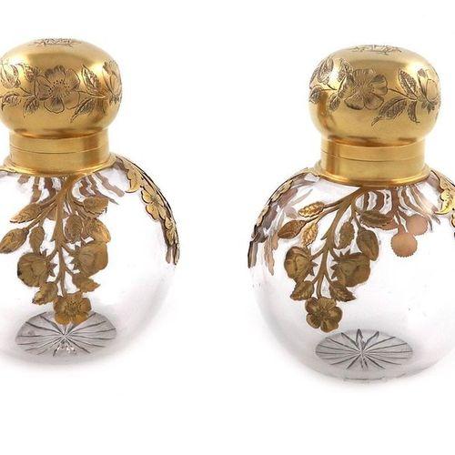 Paire de flacons à parfum en verre montés sur argent et dorés de style victorien…