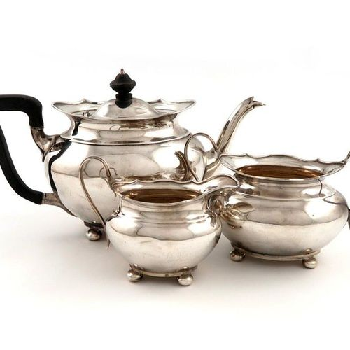 A three piece late Victorian Scottish silver tea set, by Hamilton and Inches, Ed…