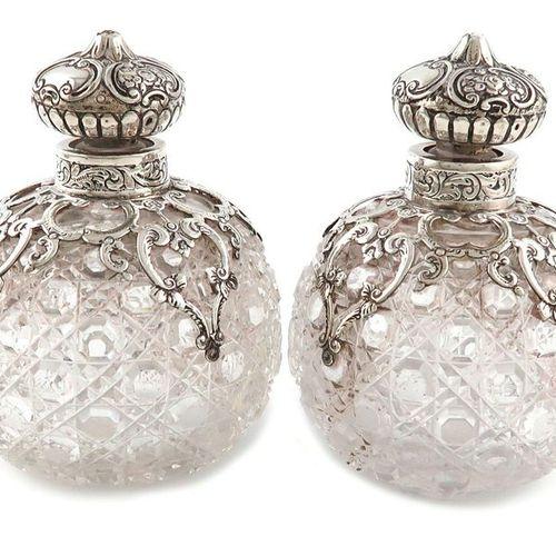 Paire de flacons à parfum victoriens en verre taillé monté sur argent, par J. Ro…