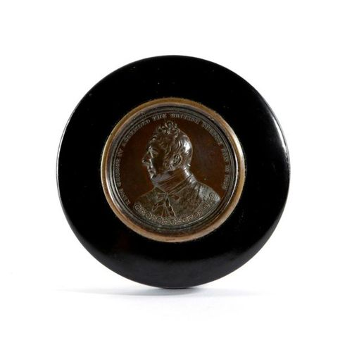 A GEORGE IV COMMEMORATIVE LACQUERED PAPIER MACHE SNUFF BOX C.1820 the lid inset …