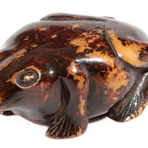 A TREEN FROG SNUFF BOX 19TH CENTURY with a painted finish and brass eyes, the un…
