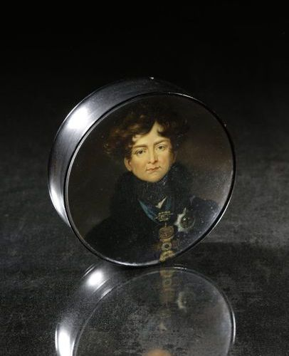 GEORGE IV' A RARE LACQUERED PAPIER MACHE SNUFF BOX IN THE MANNER OF SAMUEL RAVEN…