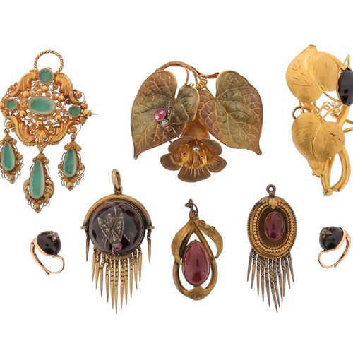 A quantity of 19th century brooches, including a 19th century cased gold foliate…