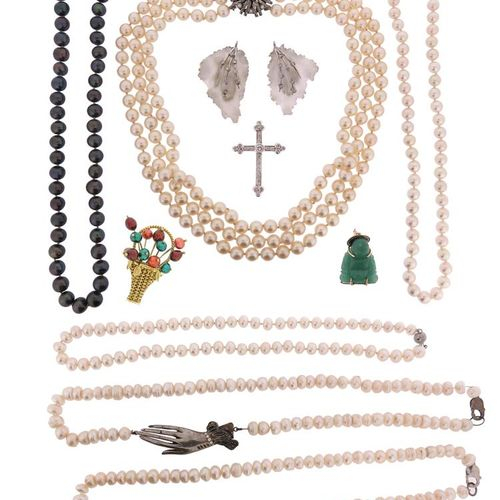 A quantity of jewellery, including a three row cultured pearl necklace on a whit…