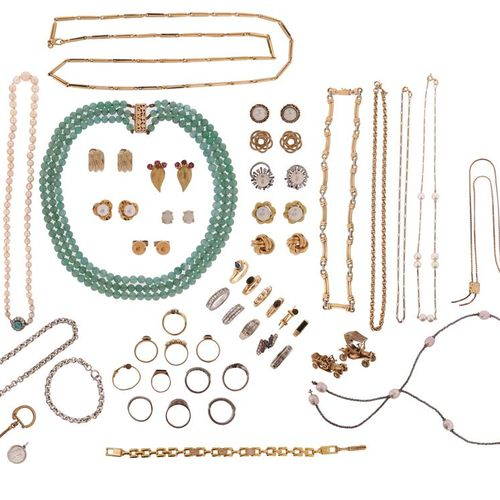 A quantity of jewellery and costume jewellery, including various pairs of earrin…