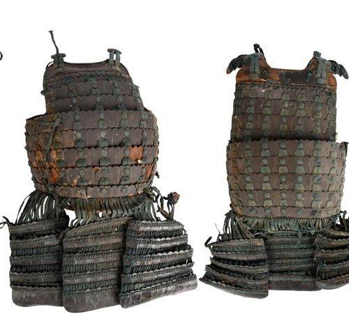 Pièce d'armure japonaise, en fer laqué et soie, comprenant : une cuirasse (do) f…