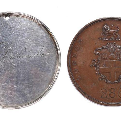 职务徽章和相关物品(5)。伦敦学会订阅票,青铜,43毫米,伦敦的武器和狮子的徽章,刻有286号,反面是右坐的女性形象,由W.怀恩,几乎极好;切尔滕纳姆:雕刻的银…