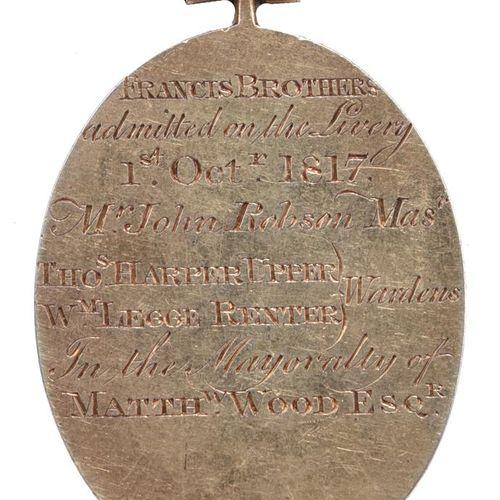 Worshipful Company of Turners,一个银色的镀金徽章,45毫米的椭圆形,公司徽章和座右铭,背面刻有细节(FRANCIS BROTHER…