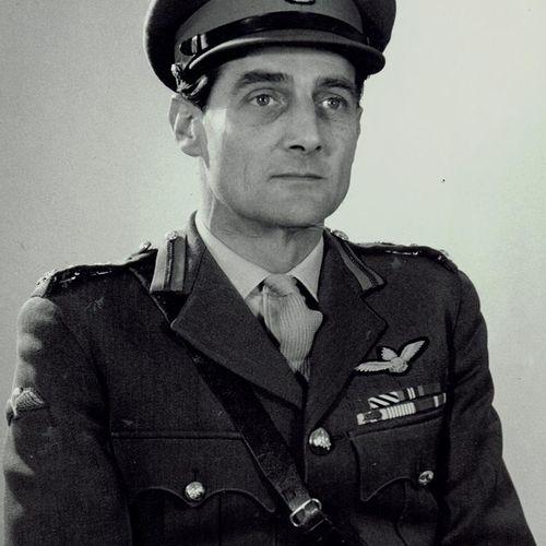 稀缺的朝鲜战争D.F.C.一组8枚,授予皇家炮兵少校(后来的少将)阿瑟 乔治 欧内斯特 考克斯。杰出飞行十字勋章,乔治六世发行(第二类),背面日期为1952年;…