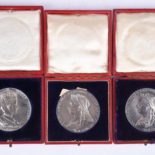 三枚纪念章。维多利亚,1897年钻石庆典(2),AR,56毫米,左面有面纱的半身像,背面有年轻的头像(E 1817a),一枚非常好,另一枚几乎极好;爱德华七世加…