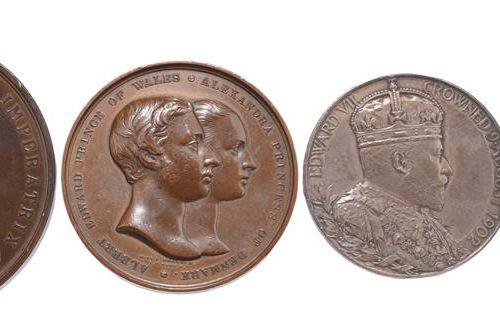 大不列颠:皇家纪念章(4枚)。威尔士亲王与亚历山德拉公主的婚礼,1863年,AE,63毫米,右半身连在一起,反面是加冕和亲王羽翼下的夫妇皇家武器(E 1562 …