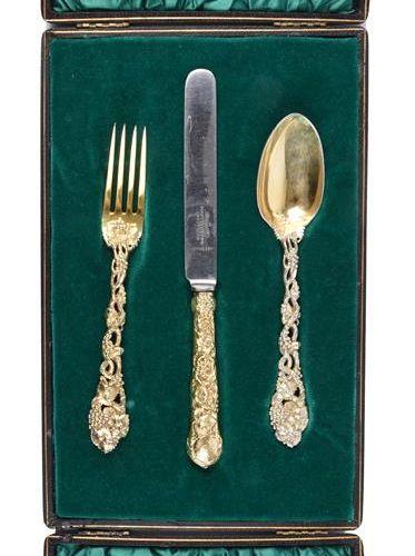 奥斯曼新月勋章:一套三件的银质镀金餐具,刻有新月骑士的徽章,藤蔓图案的刀、叉和勺子,每件都在手柄上的面板上刻有徽章,约翰 塞缪尔 亨特,伦敦1855年,装在一个…