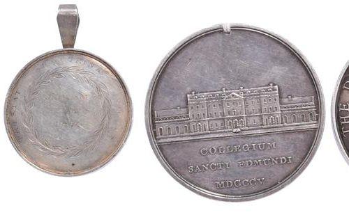 Quatre médailles éducatives en argent : gravée, 37mm, Anthena stands by the shor…