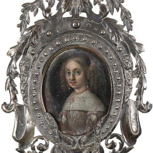 荷兰学校17世纪的肖像缩影,一位女士身穿白色连衣裙,红色镶边,戴着珍珠耳环 椭圆形,铜质,装在带有叶状装饰的华丽的白色金属框中 67 x 53mm