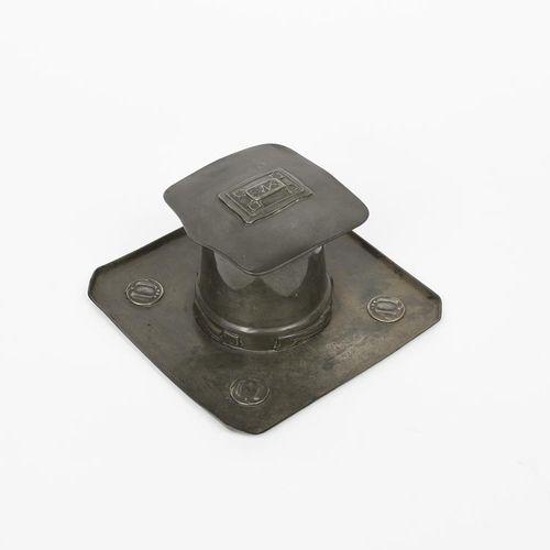 由Archibald Knox设计的Liberty Tudric锡制墨水瓶,型号为0141,方形托盘,带有锥形鼓形井和铰链式方形盖,铸有低浮雕的叶子板,带有玻璃…