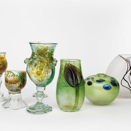 ‡ Pauleen Solven (生于1943年) 高脚杯,1970年在The Glasshouse制造,不规则的透明玻璃,有绿色和橙色的斑点和应用带,一个A…